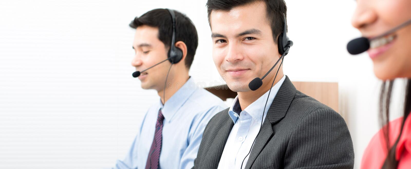 Geschäftsleute, die in Call-Center arbeiten lizenzfreie stockbilder