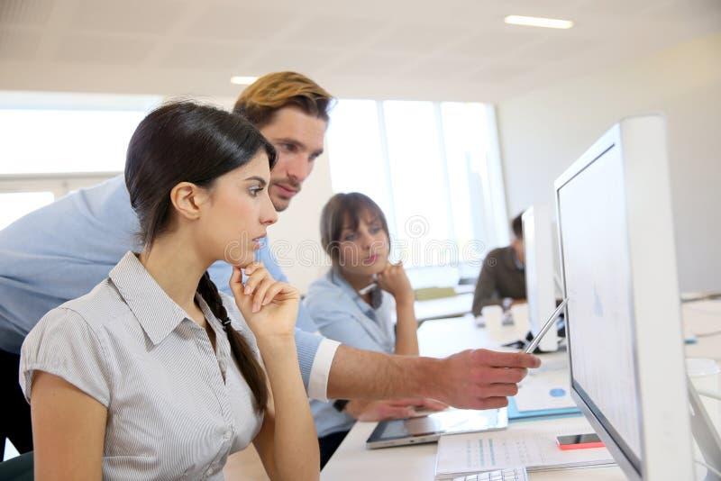 Geschäftsleute, die an Computer arbeiten lizenzfreie stockbilder