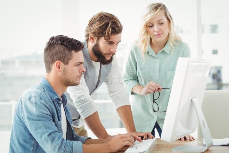 Geschäftsleute, die an Computer arbeiten lizenzfreie stockfotos