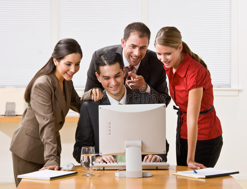 Geschäftsleute, die Computer betrachten stockfotografie