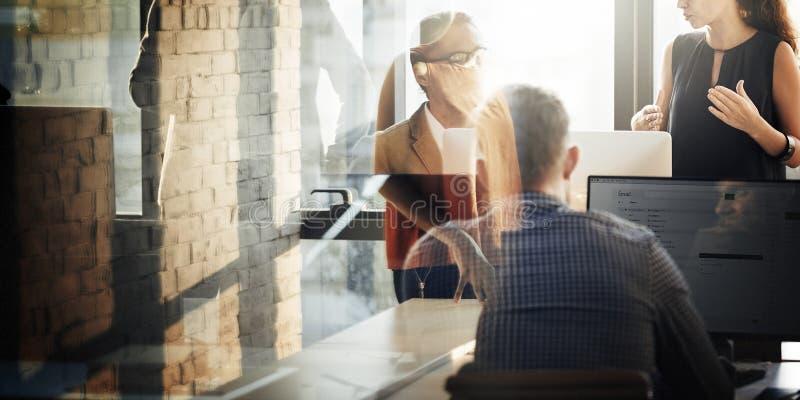 Geschäftsleute, die Computer-Korrespondenz-Konzept verwenden lizenzfreies stockbild
