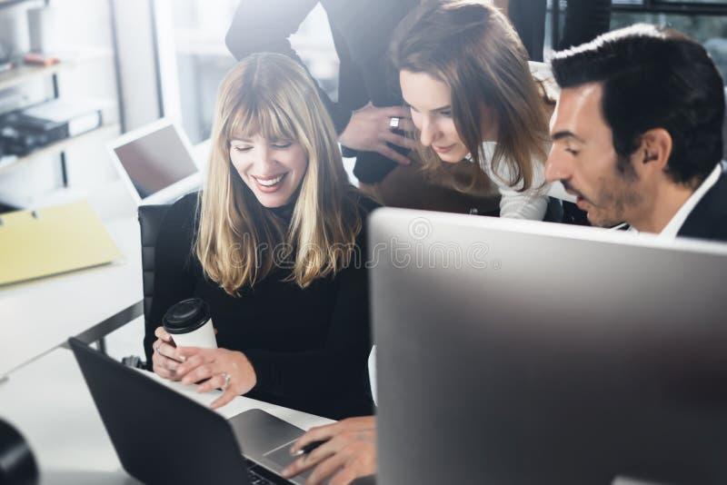 Geschäftsleute, die Computer und Laptops verwenden Mitarbeiter, die im modernen Büro zusammenarbeiten horizontal Unscharfer Hinte lizenzfreie stockfotos