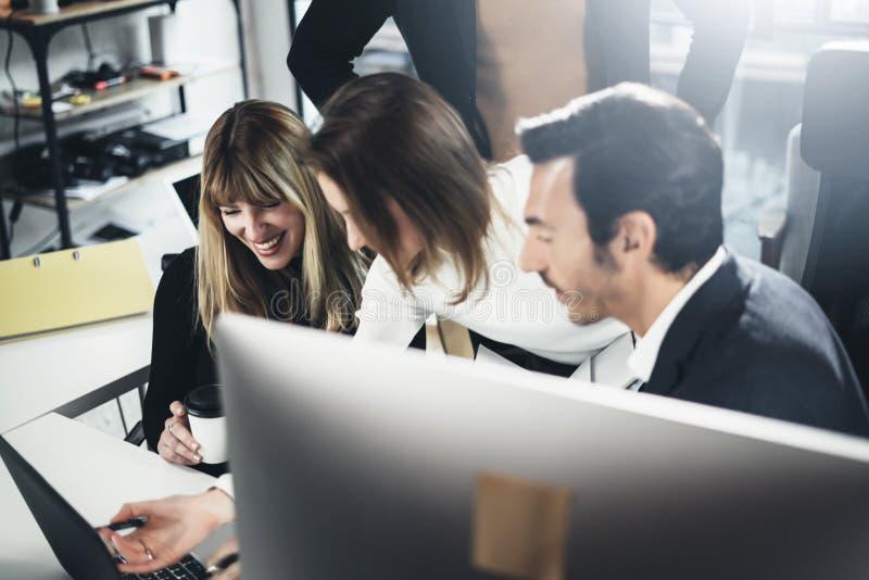 Geschäftsleute, die Computer und Laptops verwenden Mitarbeiter, die im modernen Büro zusammenarbeiten horizontal Unscharfer Hinte lizenzfreies stockbild