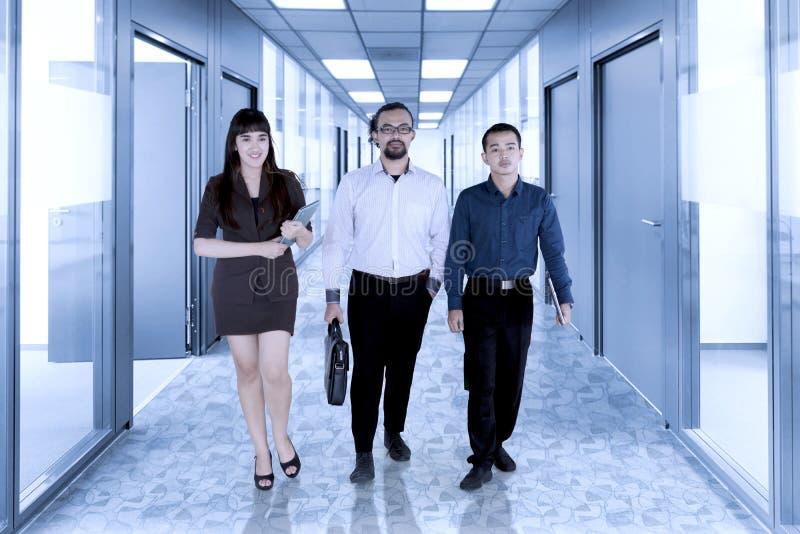 Geschäftsleute, die in das Büro gehen lizenzfreie stockfotografie