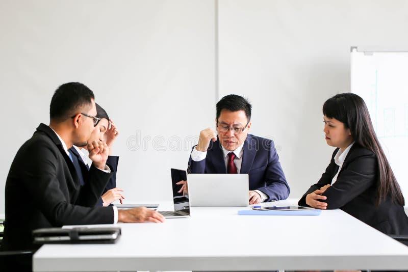 Geschäftsleute, die das Kommunikations-Diskussions-Arbeitsbüro, Unternehmenserfolgs-Brainstorming-Teamwork-Konzept treffend treff stockfoto