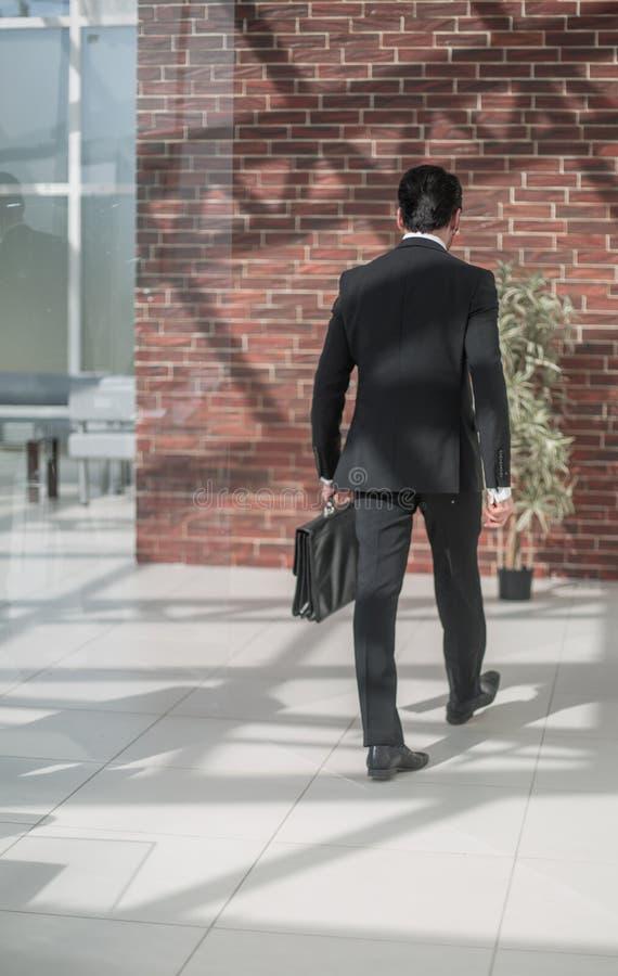 Geschäftsleute, die in den Bürokorridor gehen lizenzfreies stockbild