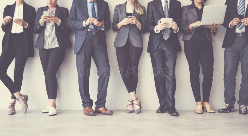 Geschäftsleute, die Digital-Geräte verwenden stockfoto