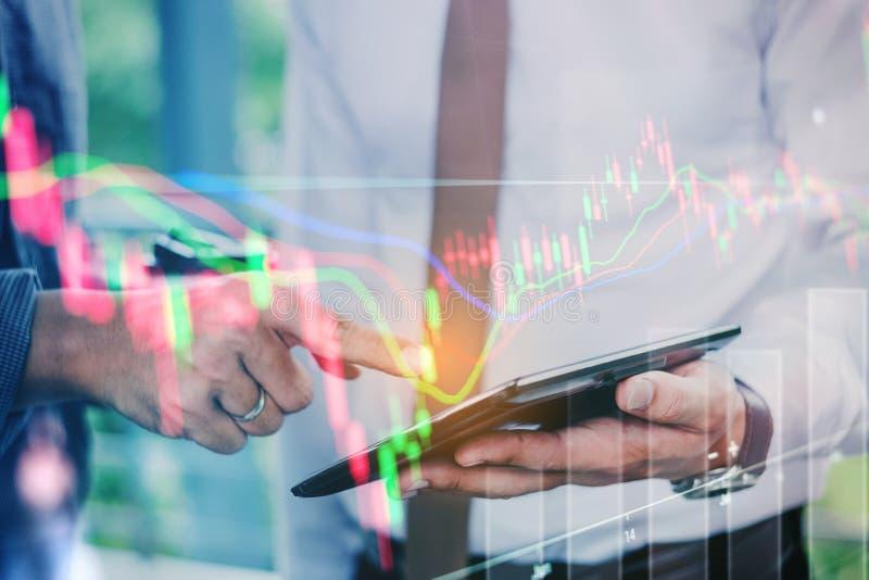 Geschäftsleute, die an digitalem Börseaustausch der Tablette arbeiten lizenzfreies stockfoto