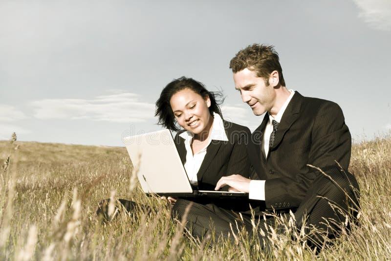 Geschäftsleute, die Diskussionen auf The Field tun lizenzfreie stockfotografie