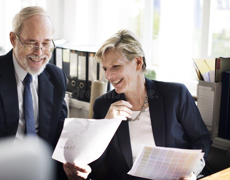 Geschäftsleute, die Diskussions-Arbeitsbüro-Konzept treffen stockfotos