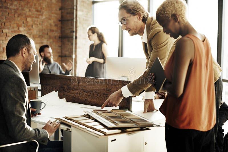Geschäftsleute, die Diskussions-Arbeitsbüro-Konzept treffen stockbild