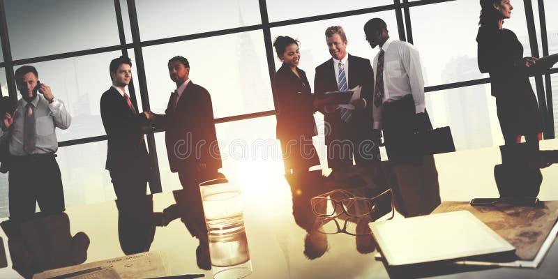 Geschäftsleute, die Diskussions-Händedruck-Gruß-Konzept treffen stockbilder