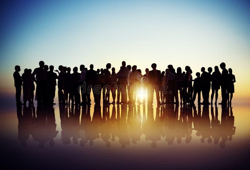 Geschäftsleute, die Diskussions-hintergrundbeleuchtetes Konzept treffen stockbilder