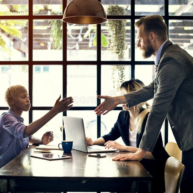 Geschäftsleute, die Diskussions-Unternehmenskonzept gedanklich lösen lizenzfreie stockbilder