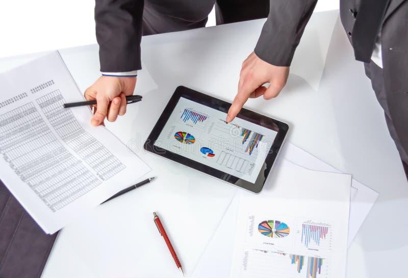 Geschäftsleute, die Dokumente in einer Sitzung analysieren stockbild