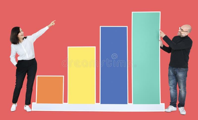 Geschäftsleute, die ein wachsendes GeschäftsBalkendiagramm darstellen lizenzfreie stockfotos
