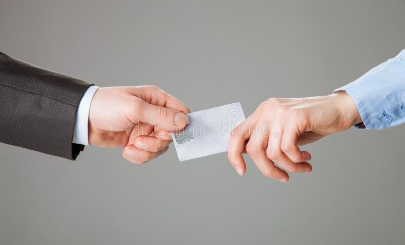 Geschäftsleute, die eine Plastikkarte führen lizenzfreie stockfotos
