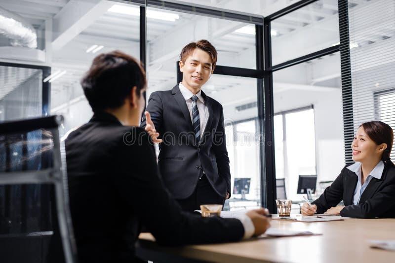 Geschäftsleute, die eine Sitzung im Büro haben stockbilder