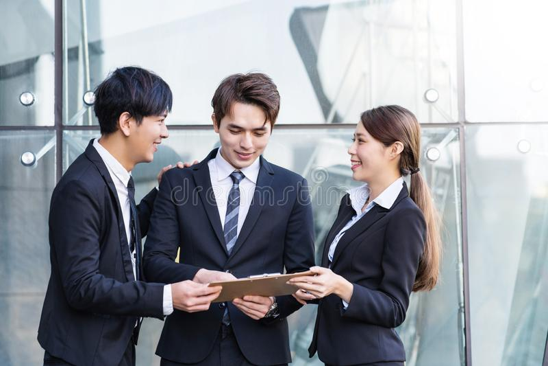 Geschäftsleute, die eine Sitzung im Bürogebäude haben lizenzfreies stockbild