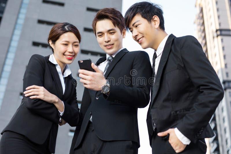 Geschäftsleute, die eine Sitzung im Bürogebäude haben lizenzfreie stockfotos