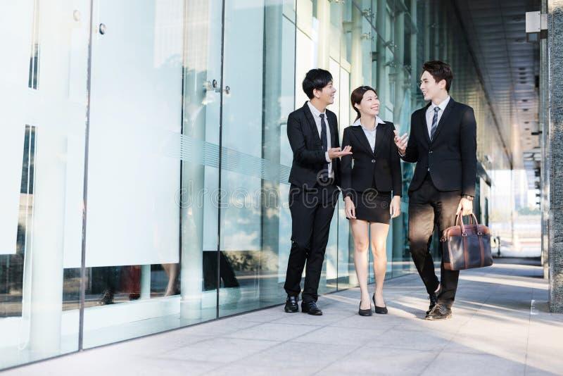 Geschäftsleute, die eine Sitzung im Bürogebäude haben stockfoto