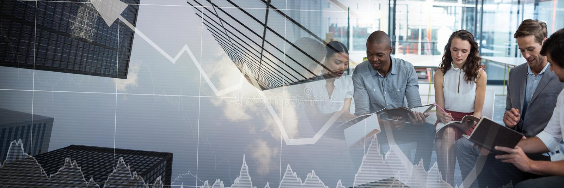 Geschäftsleute, die eine Sitzung mit Finanzaktienkurvehimmelschaberwolkenkratzer-Übergang effe haben lizenzfreies stockfoto