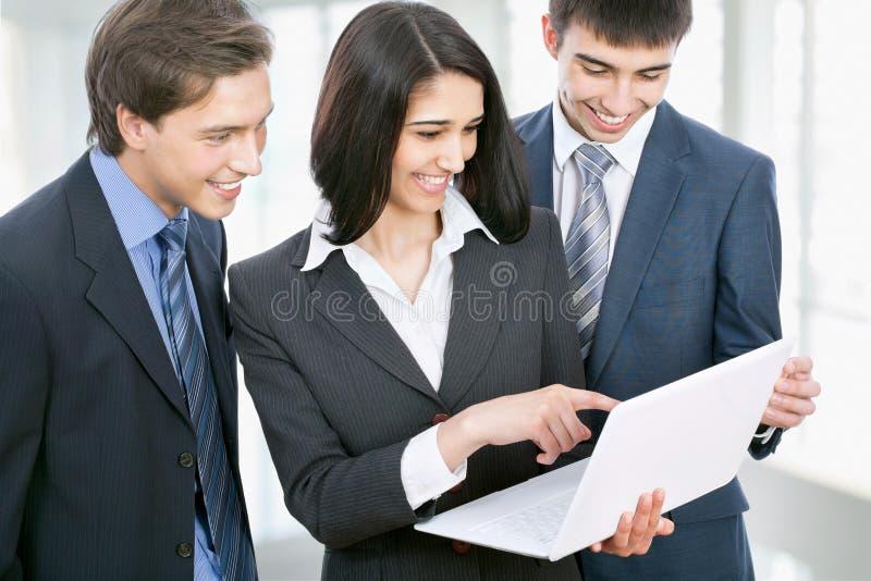 Geschäftsleute, die in einem Bürokorridor sich besprechen lizenzfreies stockfoto