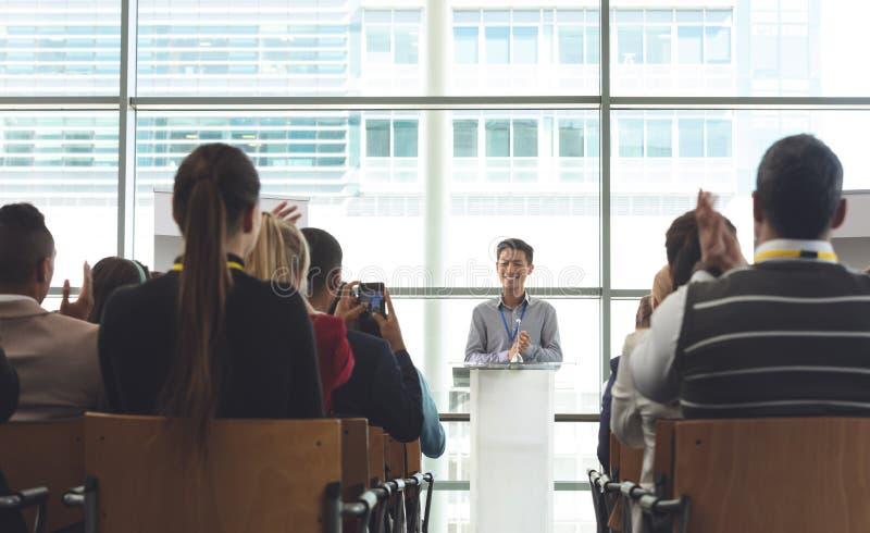 Geschäftsleute, die an einem Seminar teilnehmen stockfotos