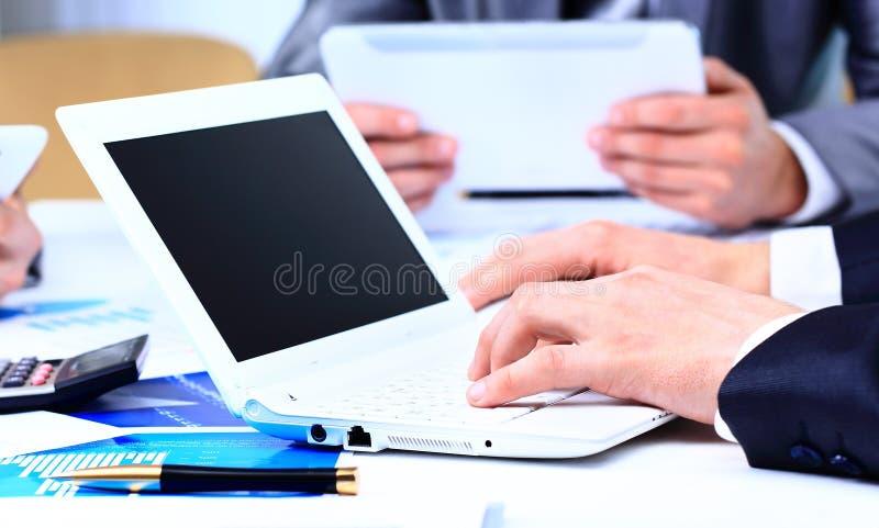 Geschäftsleute, die einen Finanzplan besprechen lizenzfreies stockfoto