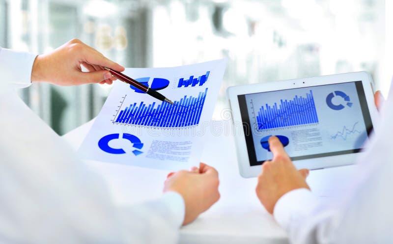 Geschäftsleute, die einen Finanzplan besprechen lizenzfreie stockbilder