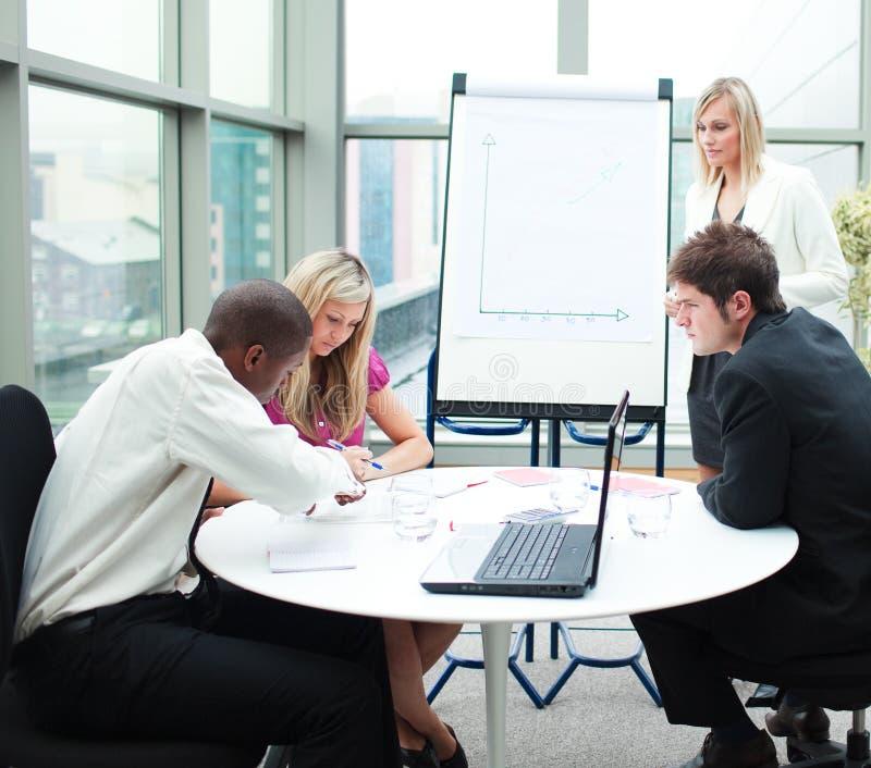 Geschäftsleute, die in einer Sitzung zusammenarbeiten lizenzfreie stockfotos