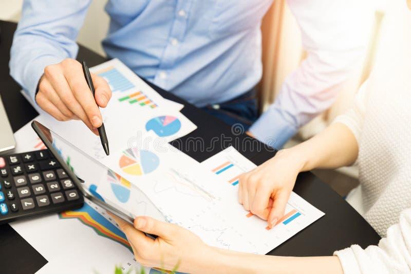 Geschäftsleute, die Finanzdatenergebnisse besprechen lizenzfreie stockfotografie