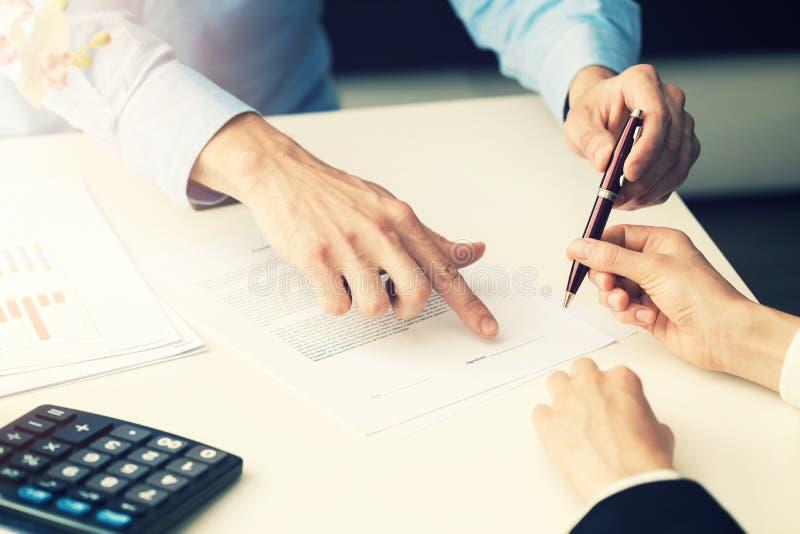 Geschäftsleute, die Gesellschaftsvertrag unterzeichnen lizenzfreies stockbild