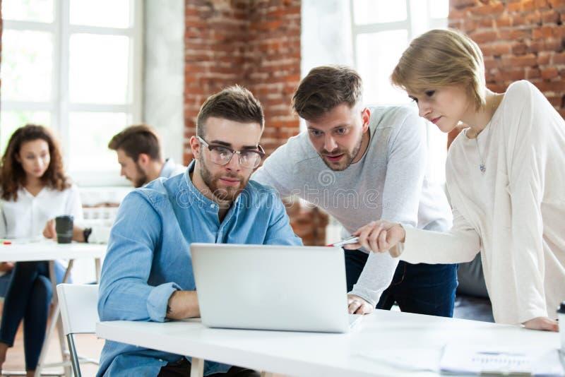 Geschäftsleute, die gute Teamwork im Büro treffen Teamwork-erfolgreiches Sitzungs-Arbeitsplatzstrategie Konzept lizenzfreie stockfotografie