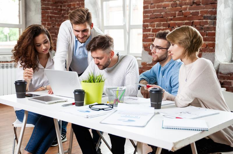Geschäftsleute, die gute Teamwork im Büro treffen Teamwork-erfolgreiches Sitzungs-Arbeitsplatzstrategie Konzept lizenzfreie stockbilder