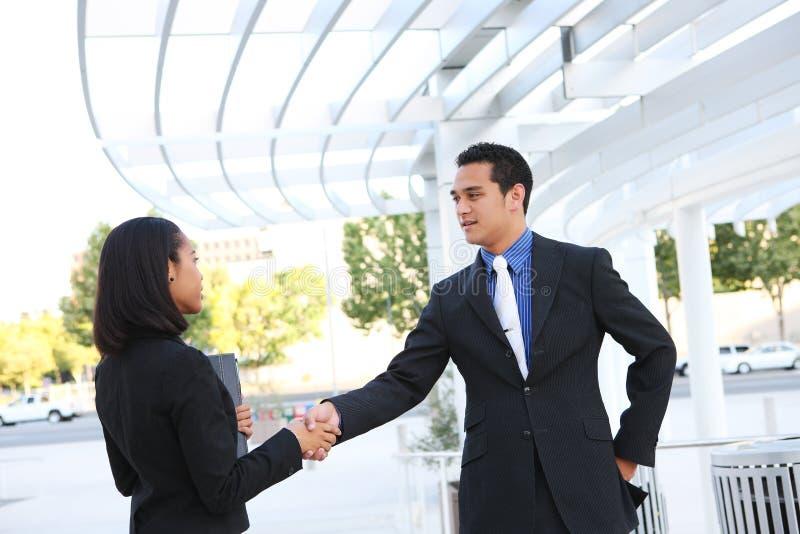 Geschäftsleute, die Hände im Büro rütteln stockfotos