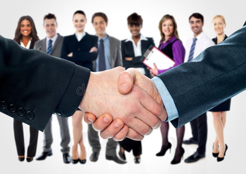 Geschäftsleute, die Hände rütteln stockbilder