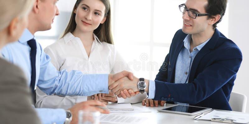 Geschäftsleute, die Hände am Treffen oder an der Verhandlung rütteln Gruppe Geschäftsmänner und Frauen im modernen Büro teamwork stockbild