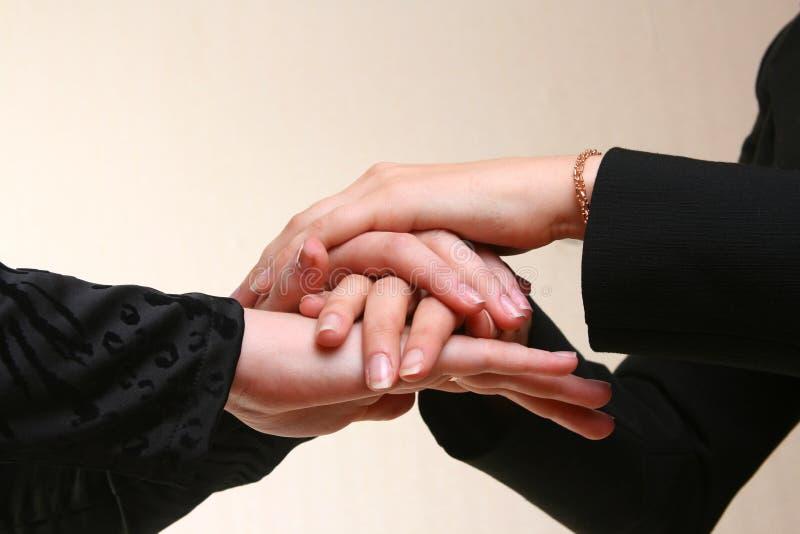 Geschäftsleute, die Händen sich anschließen lizenzfreie stockfotos