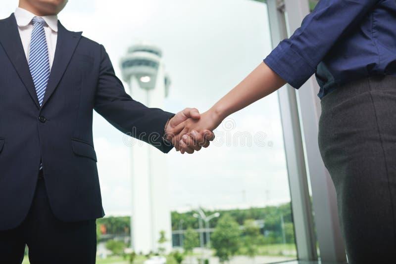Geschäftsleute, die Handnahaufnahme rütteln lizenzfreies stockfoto
