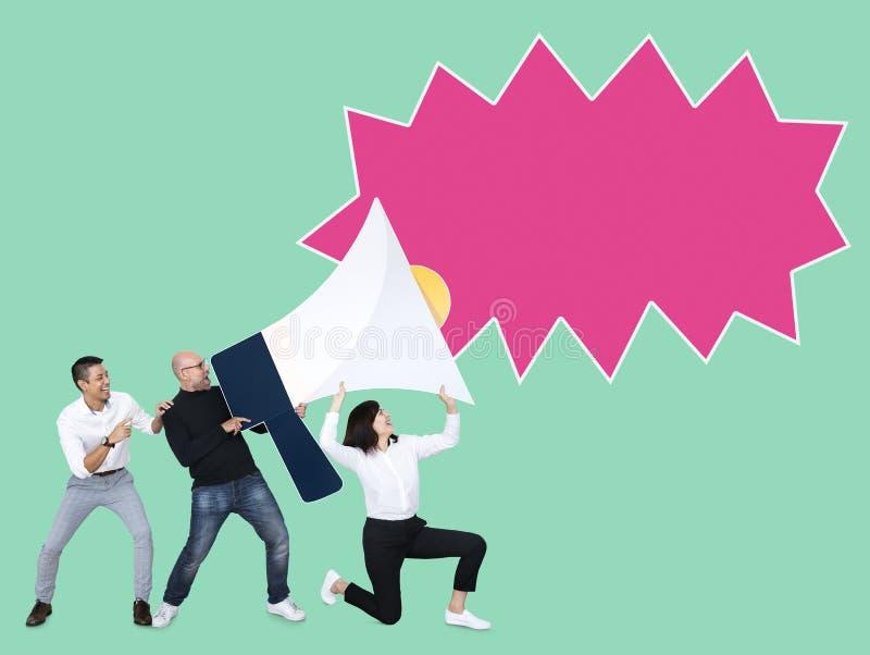 Geschäftsleute, die heraus ihre Mitteilung schreien lizenzfreie stockbilder