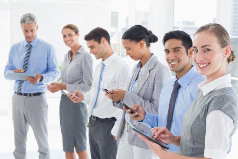 Geschäftsleute, die ihr Telefon verwenden stockfoto