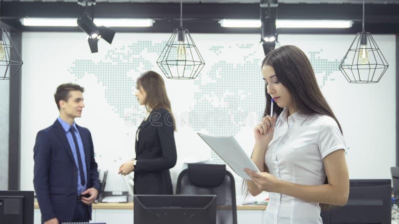 Geschäftsleute, die im Büro arbeiten stockbild