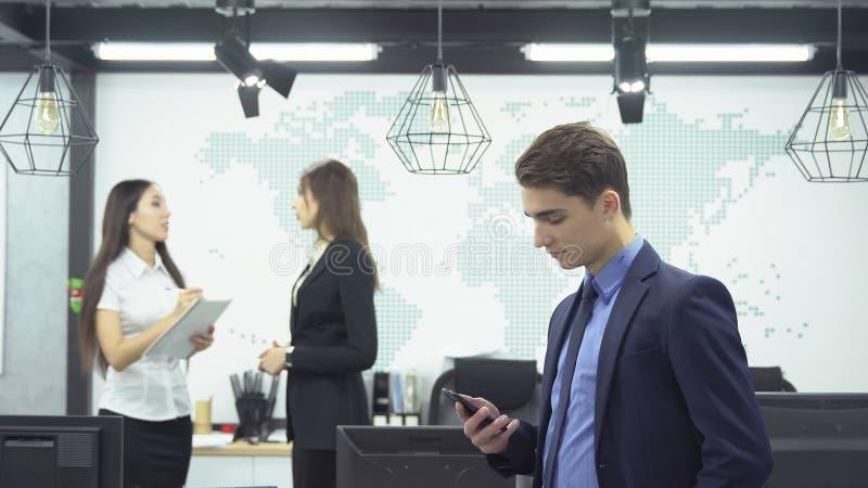 Geschäftsleute, die im Büro arbeiten lizenzfreie stockbilder