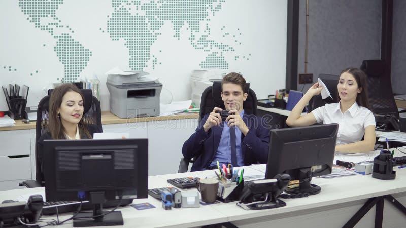 Geschäftsleute, die im Büro arbeiten stockfotos