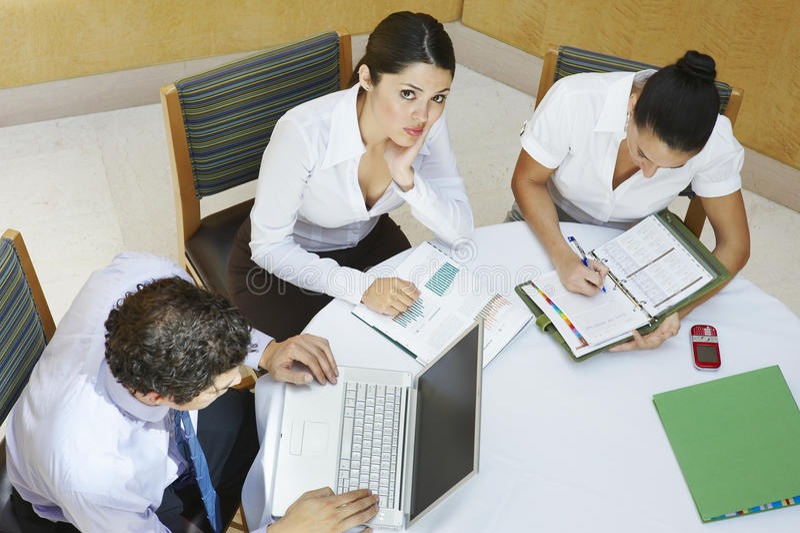 Geschäftsleute, die im Büro arbeiten lizenzfreie stockfotos