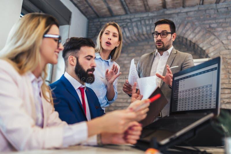 Geschäftsleute, die im Büro arbeiten und neue Ideen besprechen lizenzfreies stockbild