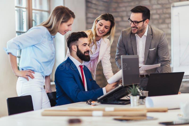 Geschäftsleute, die im Büro arbeiten und neue Ideen besprechen stockfotografie