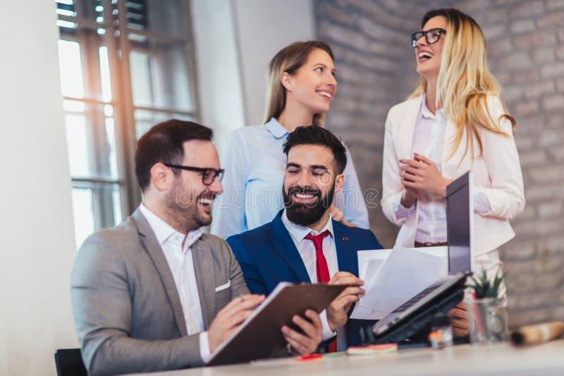 Geschäftsleute, die im Büro arbeiten und neue Ideen besprechen lizenzfreie stockbilder
