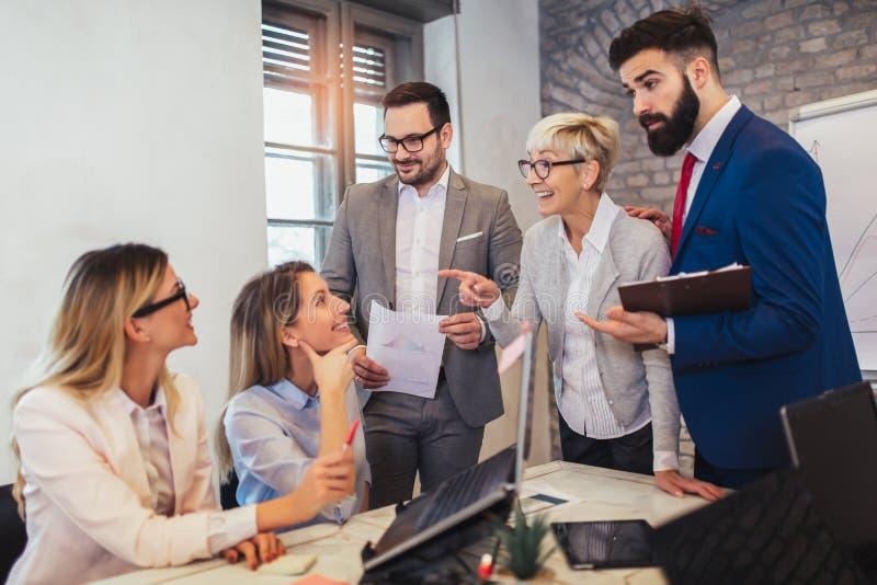 Geschäftsleute, die im Büro arbeiten und neue Ideen besprechen lizenzfreie stockfotografie